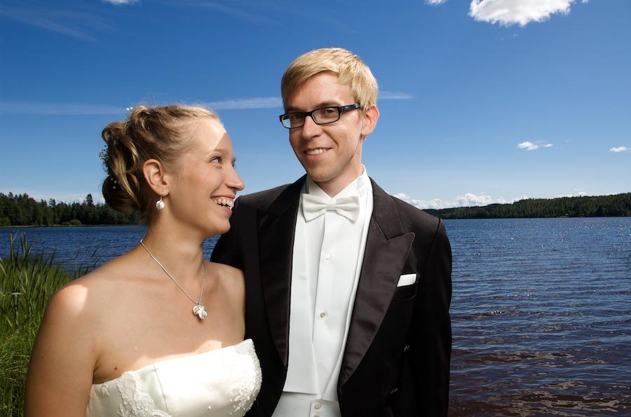 Martta ja Janne järven rannalla