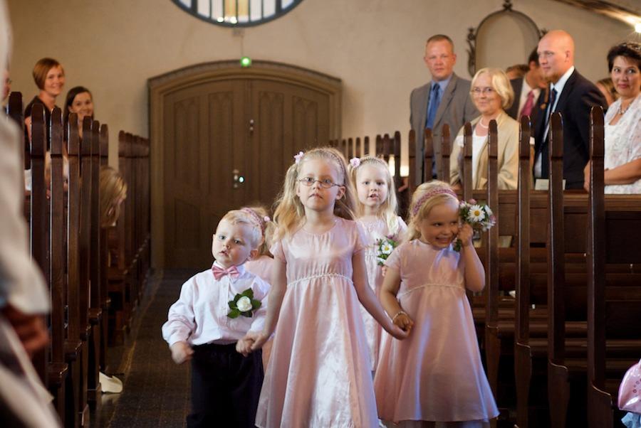 morsiuslapset marssivat kirkkoon
