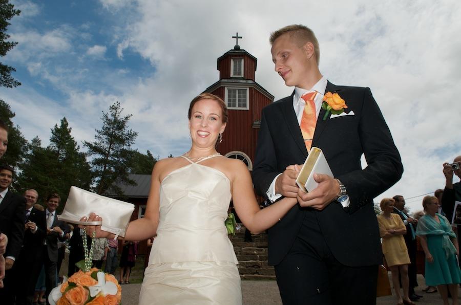 Vastavihitty hääpari marssii ulos Haapajärven kirkosta