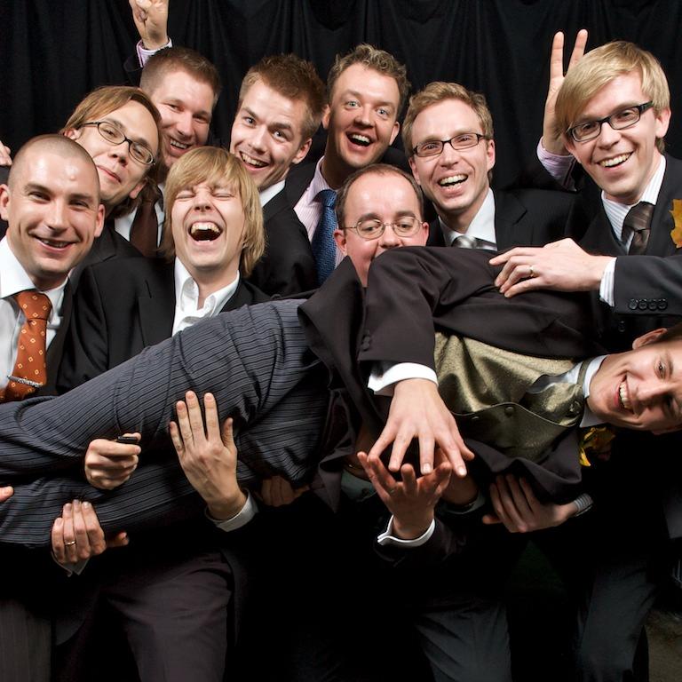Ryhmäkuva sulhasen kanssa photoboothissa