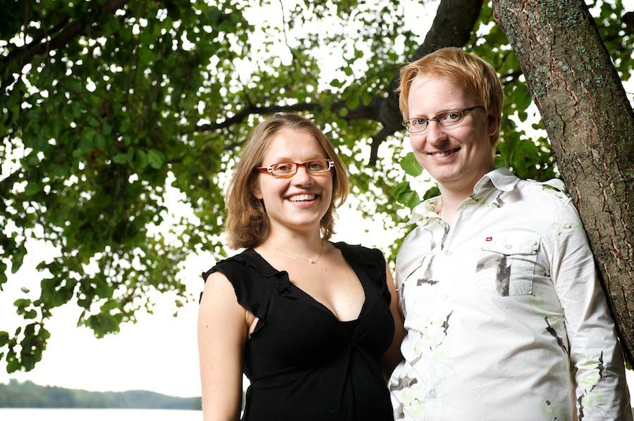 Hanna ja Jukka rannassa puun alla