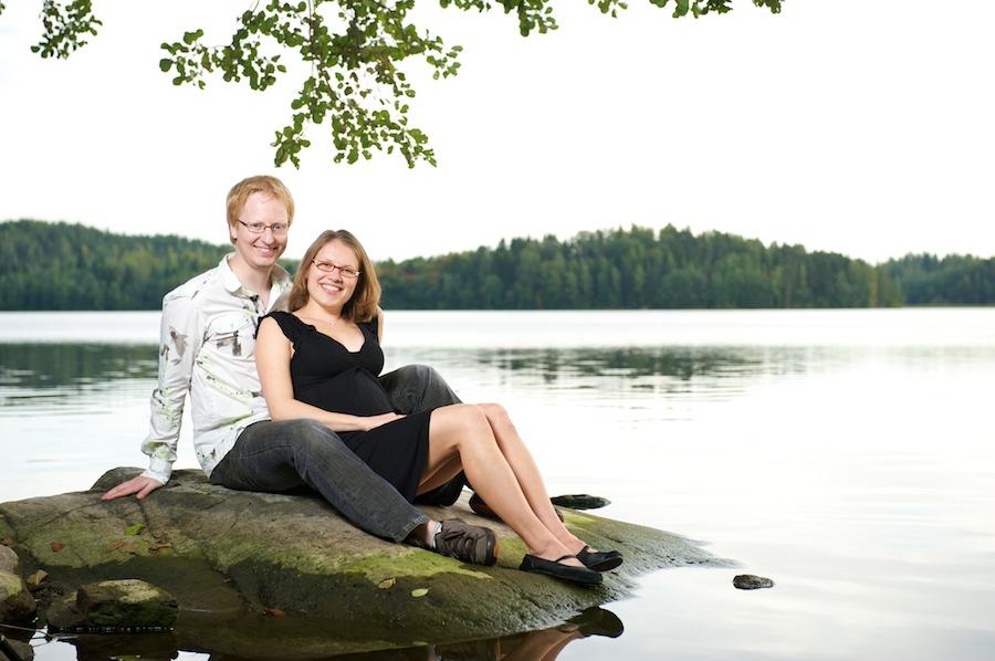 Hanna ja Jukka istuvat rantakivellä