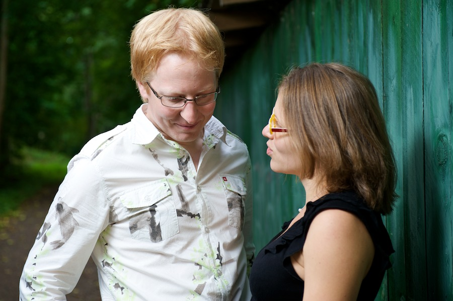 Hanna ja Jukka juttelevat vihreän venevajan edessä