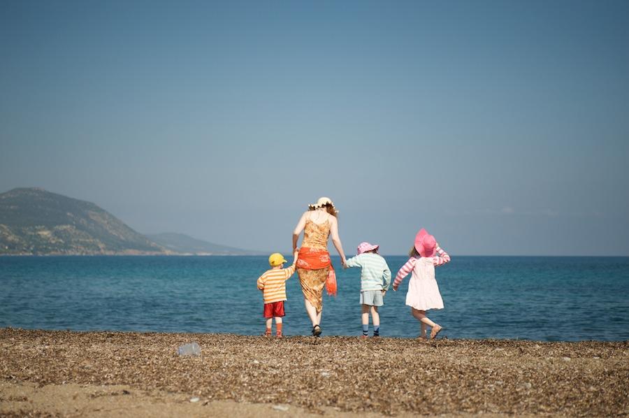 Mari ja lapset rannalla