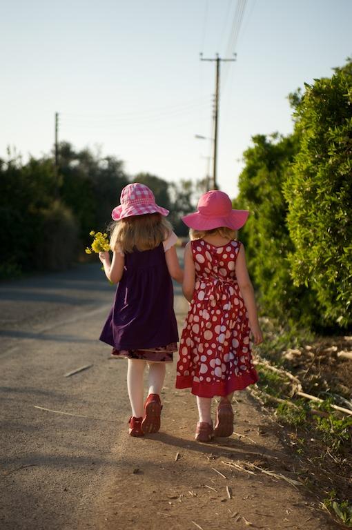 Elli ja Emma kävelyllä