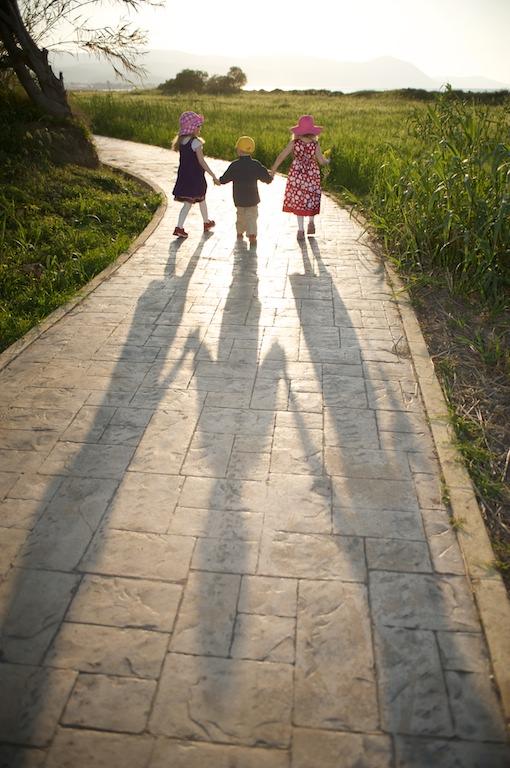 Elli, Aapo ja Emma iltakävelyllä