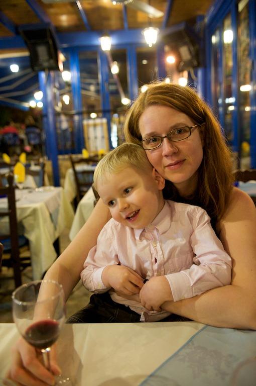 Mari ja Aapo ravintolassa illallisella
