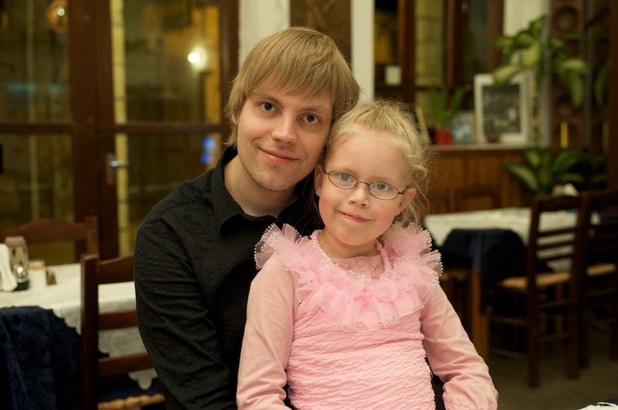 Mikko ja Elli ravintolassa illallisella