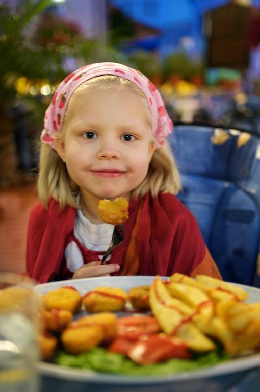 Emma ravintolassa illallisella