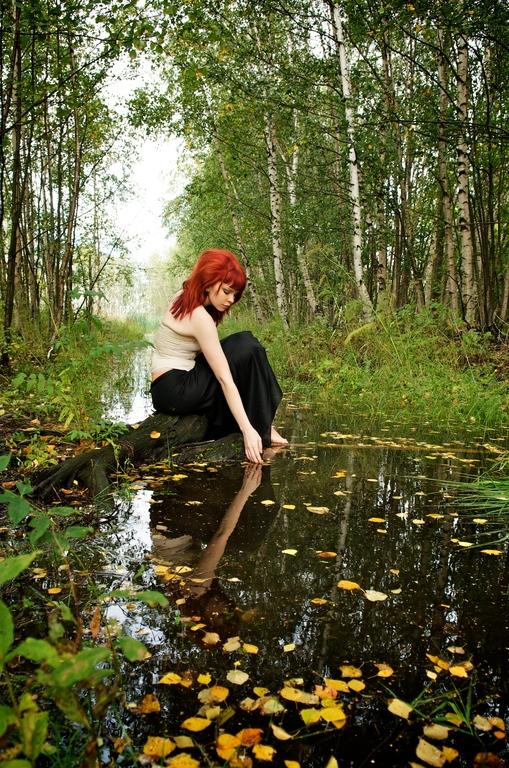 Minga istuu puron luona