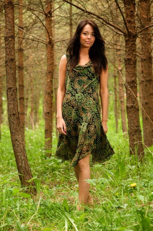 Inka kävelee metsässä