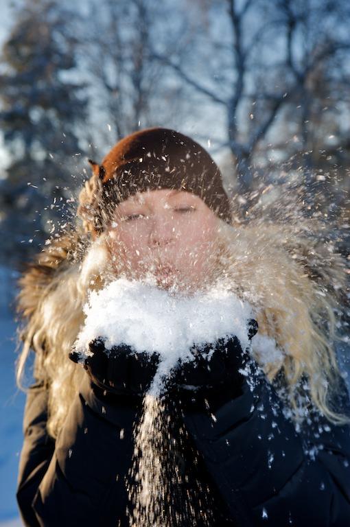 Heidi puhaltaa lunta