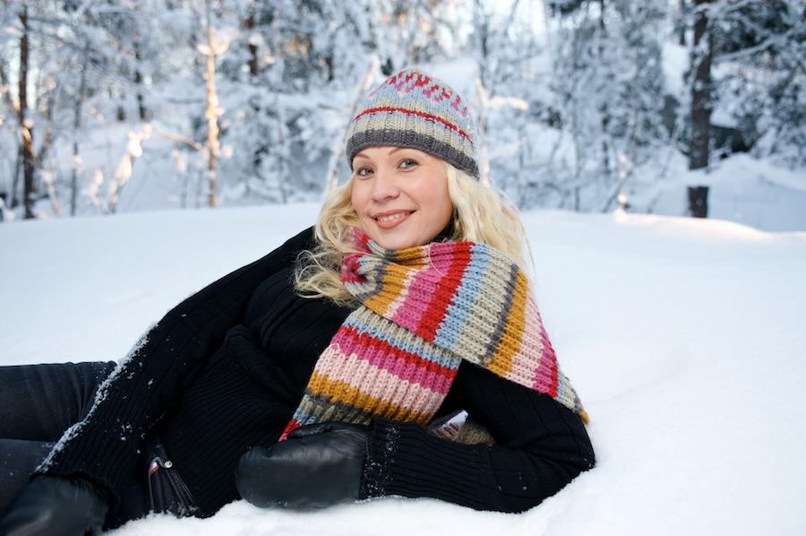 Heidi nojailee lumihangessa
