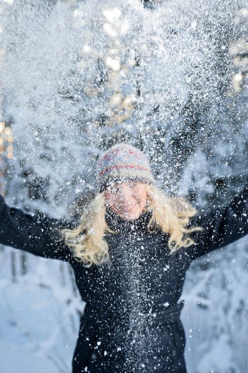 Heidi heittää lunta