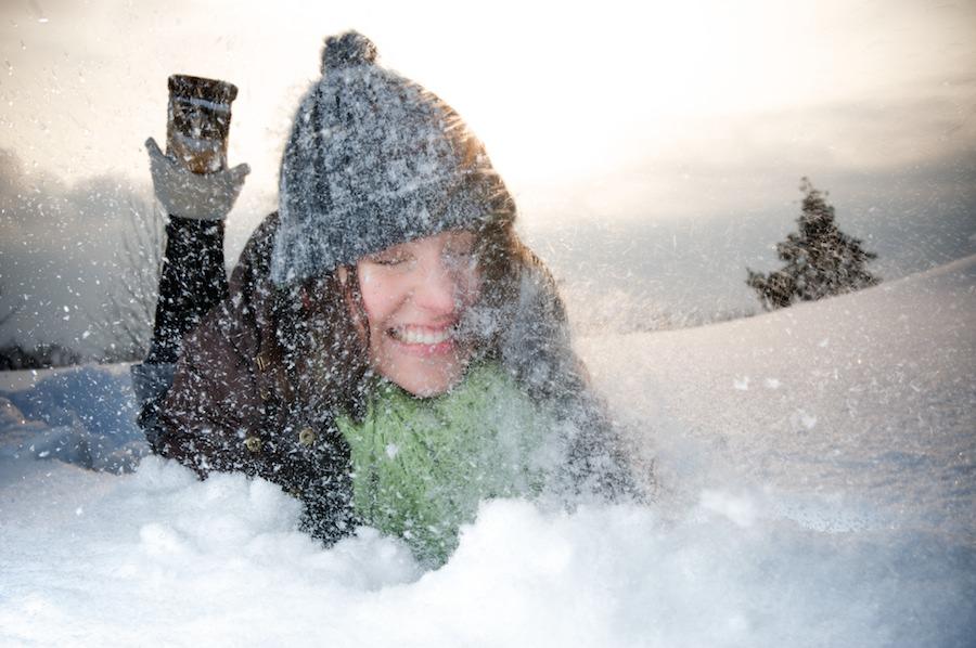 Marita syöksyy lumihankeen